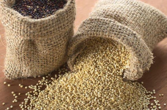 Grani di quinoa in bianco e nero