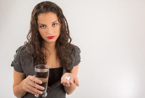 Pillole ed acqua della holding del Brunette