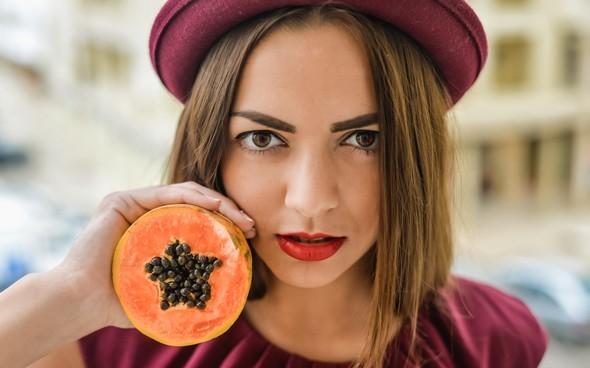 Bruna Con Gli Occhi Marroni In Possesso Di Papaia A Fette