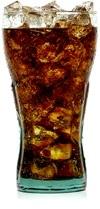 Coca-Cola e cubetti di ghiaccio in un bicchiere