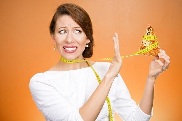 Cringing Woman Dicendo No Alla Pizza