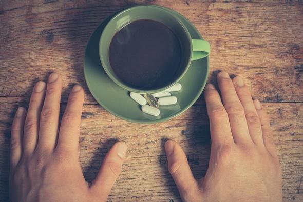 Tazza di caffè e pillole