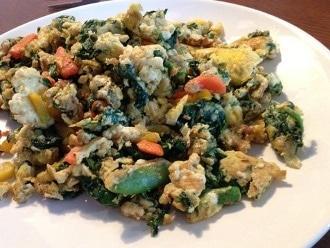 Uova e verdure fritte in olio di cocco