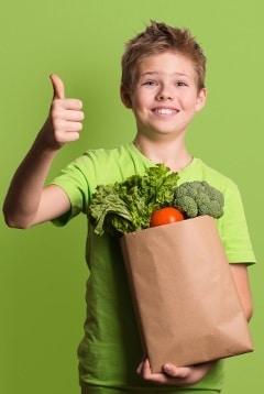 Generi alimentari della holding del bambino emozionante