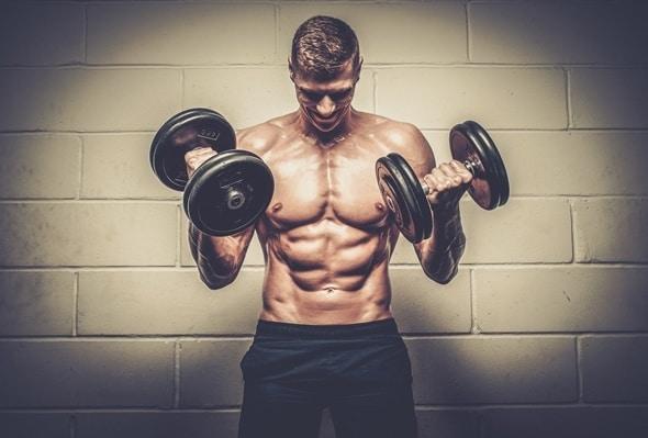 Montare il giovane uomo sollevamento pesi
