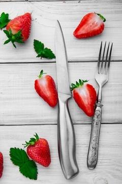 Forchetta, coltello e fragole