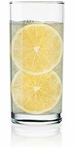 Bicchiere d'acqua con fette di limone