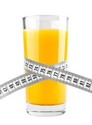 Bicchiere di succo d'arancia con metro a nastro