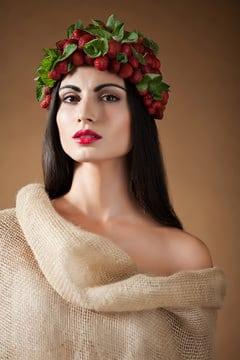 Donna greca con fragole sulla sua testa