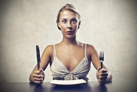 Donna Affamata Con Il Piatto Vuoto