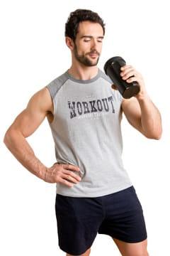 Uomo che beve un frullato di proteine