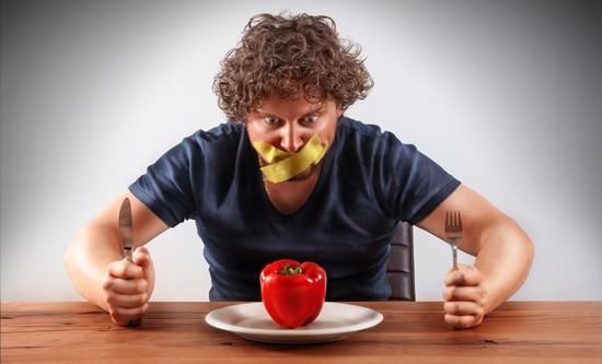 Uomo non autorizzato a mangiare il peperone