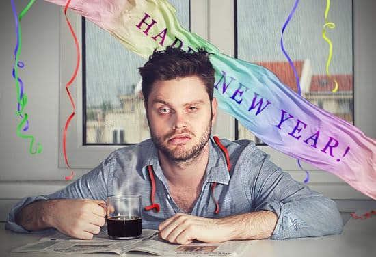 Uomo con i postumi di una sbornia dopo la festa di Capodanno