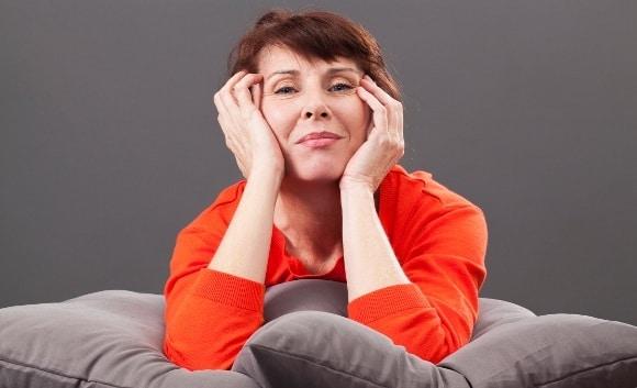 Seduta della donna dell'età della menopausa