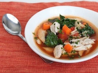 Zuppa ispirata al minestrone con brodo di pollo veloce