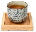 Tè Oolong in una tazza cinese su un vassoio di legno