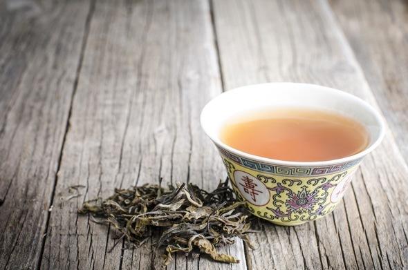 Foglie di tè Oolong e tè in una tazza da tè cinese