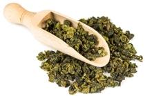 Foglie di tè Oolong e cucchiaio di legno