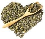 Foglie di tè Oolong a forma di cuore e cucchiaio di legno