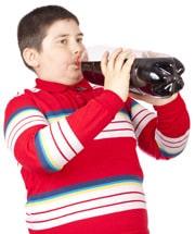 Ragazzo In Sovrappeso Bere Soda Direttamente Dalla Bottiglia