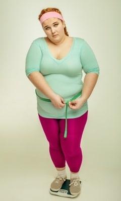 Donna in sovrappeso su scala
