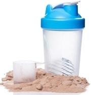 Proteine in polvere, cucchiaio e agitatore