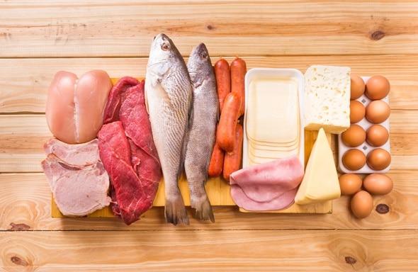 Pollame crudo, pesce, carne, uova e formaggio