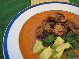 Zuppa di peperoni rossi e avocado arrostiti con salsicce