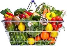 Cestino della spesa pieno di frutta e verdura