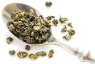 Cucchiaio d'argento con foglie di tè Oolong