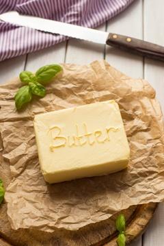 Lastra di burro su carta pergamena