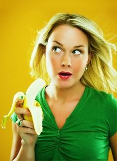 Bionda sorpresa che mangia una banana