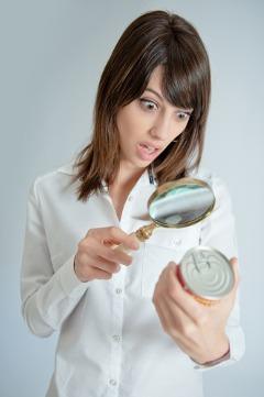 Etichetta alimentare Examing donna sorpresa