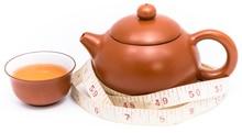 Teiera, tazza da tè e metro a nastro
