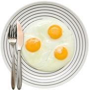 Tre uova fritte su un piatto