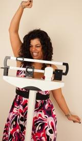 Donna che celebra la riuscita perdita di peso