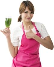 Donna che tiene un bicchiere con liquido verde
