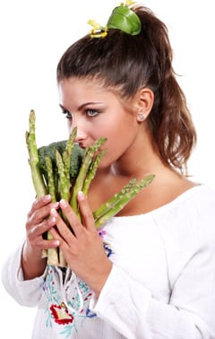 Asparagi e broccoli della holding della donna