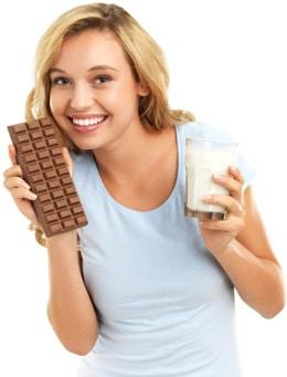 Donna Che Tiene Cioccolato E Latte