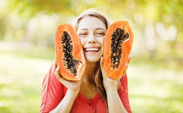 Donna Che Tiene Due Metà Di Papaia, Sorridendo