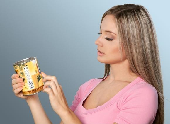 La donna sta esaminando attentamente l'etichetta alimentare