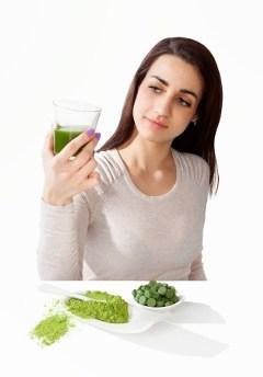 Donna che guarda la bevanda verde