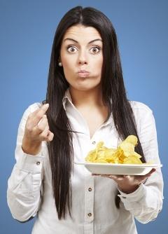Donna con il boccone di patatine