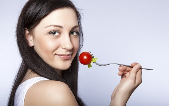 Donna Con Il Pomodoro Sulla Forcella