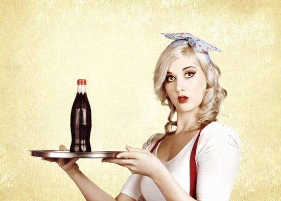 Giovane Donna Che Serve Coca Cola